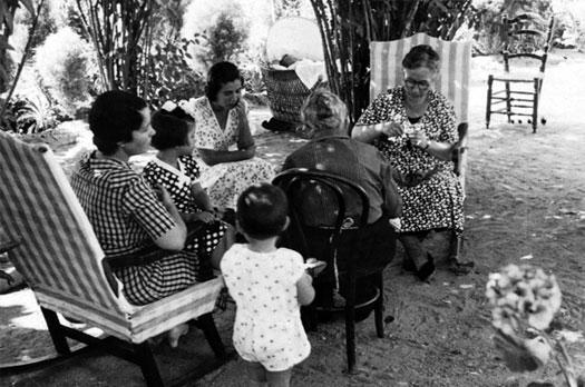 Francisco García Lorca - Vicenta Lorca en el jardín con sus hijas Concha e Isabel y sus nietos Tica, Manolo y Conchita (al fondo, en la cuna). De espaldas, Mamayaya. A la derecha, Vidala, 1934 - Colección Vicenta Fernández-Montesinos