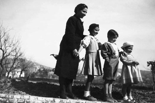 Concha García Lorca, de luto, con Tica, Manolo y Conchita, 1937. Colección Vicenta Fernández-Montesinos