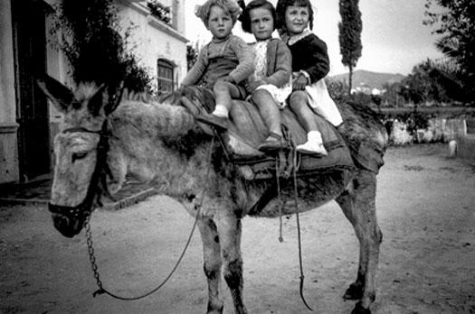 Vicente López. María Luz Escribano y Carmen López con una amiga, hacia 1941. Colección Bernabé López García.