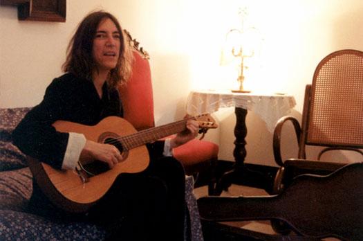 Jesús Ortega. Patti Smith tocando la guitarra de Federico García Lorca, 6 de junio de 1998. Archivo Huerta de San Vicente.