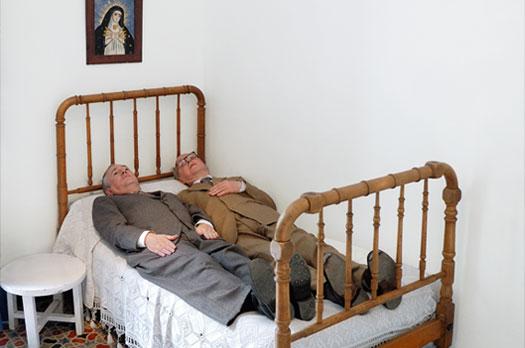 Gilbert & George, En la cama con Lorca, 2007. Foto Javier Algarra. Archivo Fundación Federico García Lorca.